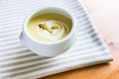 Cuenco de sopa de la crema del espárrago imagen de archivo