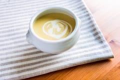 Cuenco de sopa de la crema del espárrago Fotografía de archivo