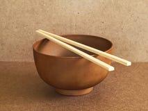 Cuenco de sopa de madera con los palillos de bambú Foto de archivo libre de regalías
