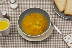 Cuenco de sopa de verduras hecha en casa fresca en una tabla de cocina Imagen de archivo
