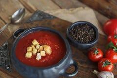 Cuenco de sopa del tomate con el clavo y la pimienta negra en el fondo de madera rústico, foco selectivo Imágenes de archivo libres de regalías