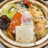 Cuenco de sopa japonesa del udon con la gamba del tempura foto de archivo