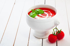 Cuenco de sopa y de crema del tomate Imágenes de archivo libres de regalías