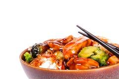 Cuenco de Teriyaki del pollo adornado con las verduras y el arroz Imagen de archivo libre de regalías