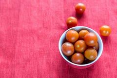 Cuenco de tomates de cereza frescos Fotos de archivo libres de regalías