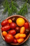 Cuenco de tomates del relevo Foto de archivo