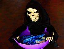 Cuenco del caramelo de la invitación del truco de Halloween Foto de archivo