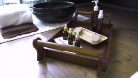 Cuenco del pie y aceite del aroma para el masaje de los pies y el procedimiento de la pedicura en salón de lujo del balneario Co almacen de video