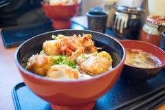 Cuenco del pollo frito en un restaurante japonés foto de archivo