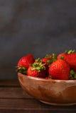 Cuenco del primer de fresas Foto de archivo libre de regalías
