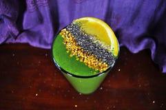 Cuenco del Smoothie con la espinaca, naranja, polen de la abeja Fotos de archivo libres de regalías