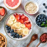 Cuenco del smoothie de Acai con el plátano, las fresas, los arándanos y el granola, visión superior, cosecha cuadrada Imagen de archivo libre de regalías