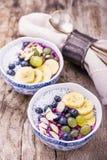 Cuenco del smoothie del desayuno con las frutas y el granola Imagen de archivo libre de regalías