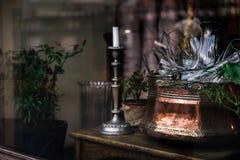 Cuenco elegante del vintage con los vidrios y la vela en una ventana, celebr Foto de archivo