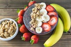 Cuenco estupendo del desayuno del smoothie de la comida de Acai en fondo de madera fotos de archivo libres de regalías