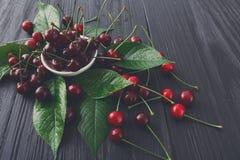 Cuenco fresco de las cerezas en la madera blanca Fotos de archivo libres de regalías