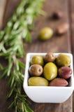 Cuenco llenado de las aceitunas verdes frescas Foto de archivo