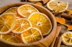 Cuenco lleno con la naranja y las especias secas Foto de archivo