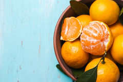 Cuenco lleno de mandarinas maduras con Fotografía de archivo libre de regalías