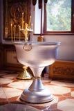 Cuenco para el bautismo en la iglesia ortodoxa Foto de archivo libre de regalías