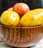 Cuenco por completo de nuevas patatas Fotos de archivo