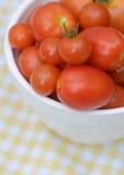 Cuenco por completo de tomates rojos frescos foto de archivo libre de regalías