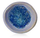 Cuenco redondo azul, de cerámica, hecho a mano En el vidrio roto inferior w Fotos de archivo libres de regalías