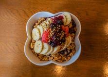 Cuenco sano de la baya de Acai con la fruta y el granola Imagen de archivo