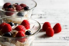 Cuenco sano del desayuno con las frambuesas y los arándanos Foto de archivo libre de regalías