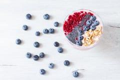 Cuenco sano del desayuno: smoothie del arándano con el plátano, frambuesa, zarzamora, nueces en la opinión superior del primer de fotografía de archivo