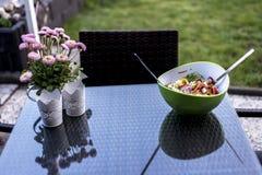 Cuenco sano fresco delicioso del verde de la ensalada con la comida de cuchara de la ensalada que coloca en la tabla con las flor Fotos de archivo libres de regalías