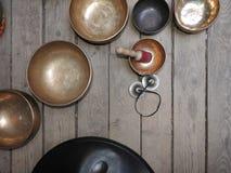 Cuenco-taza de vida - recuerdo total popular del canto del producto en Nepal, T?bet e India-estancia en el ornamento de madera tr foto de archivo