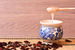 Cuenco tradicional con la miel Imagen de archivo libre de regalías