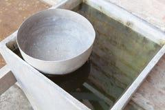 Cuenco usado tailandés del agua del viejo estilo imágenes de archivo libres de regalías