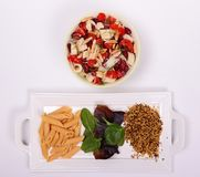 Cuenco vegetal sano fresco con las pastas y el grano frescos imagen de archivo libre de regalías