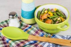 Cuenco verde con la mezcla, la sal, el aceite y la cuchara vegetales Fotografía de archivo libre de regalías