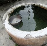 Cuenco viejo del pozo y del agua Fotografía de archivo