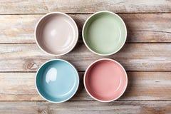 Cuencos coloreados en colores pastel vacíos fotografía de archivo libre de regalías