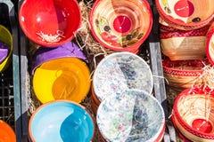 Cuencos coloridos en mercado Imágenes de archivo libres de regalías