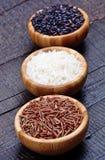 Cuencos con arroz en la tabla Foto de archivo