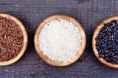 Cuencos con diversos tipos de arroz Imagenes de archivo