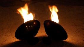Cuencos con el fuego en la calle para la fuego-demostración en la noche almacen de metraje de vídeo