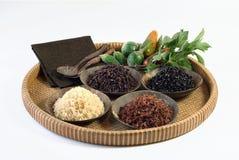 4 cuencos de arroz crudo Imagen de archivo
