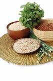 3 cuencos de arroz marrón, rojo, y mezclado crudo Fotografía de archivo
