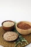 3 cuencos de arroz marrón, rojo, y mezclado crudo Fotografía de archivo libre de regalías