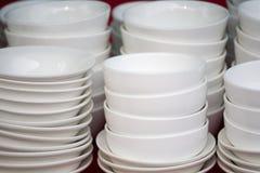 Cuencos de cerámica blancos apilados Imagenes de archivo