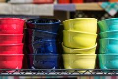 Cuencos de cerámica brillantemente coloreados en la exhibición en Georgia Antique Festival Imagen de archivo