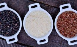 Cuencos de cerámica con arroz en la tabla Imagen de archivo