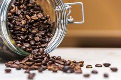 Cuencos de cerámica con los granos de café Imagenes de archivo