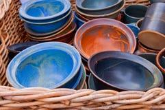 Cuencos de cerámica en una cesta en un mercado Foto de archivo